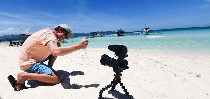 NALINGAW SA ISLA: Usa ka turista ang nalingaw sa pagkuha og hulagway sa bag-ong giabliham  ug gipalampo nga isla sa Boracay. (Tampo)