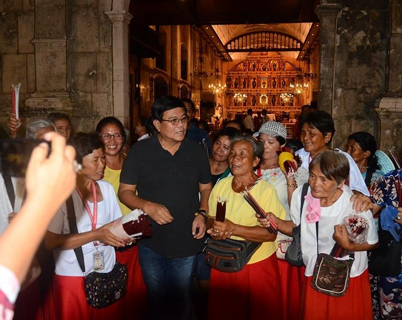 THANKS FOR THE WIN. Cebu City Mayor-elect Edgardo Labella is met by candle vendors outside the Basilica Minore del Sto. Niño following the Barug-PDP Laban's thanksgiving mass on Wednesday, May 15, 2019. Labella and Cebu City Vice Mayor-Elect Michael Rama will take office on June 30. (SunStar photo / Alan Tangcawan)