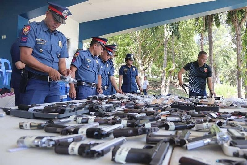 DAVAO. Firearms confiscated by police. (Juliet C. Revita)