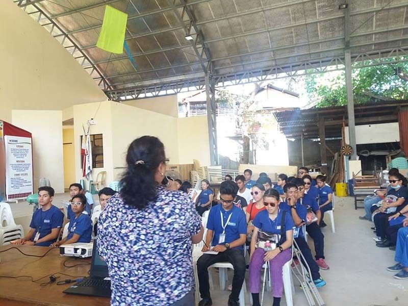 GITUDLOAN: Ang Persons with Disability (PWD) graduating trainees sa DSWD-7's Area Vocational Rehabilitation Center (AVRC) II namati sa mamulong. (Tampo nga hulagway)