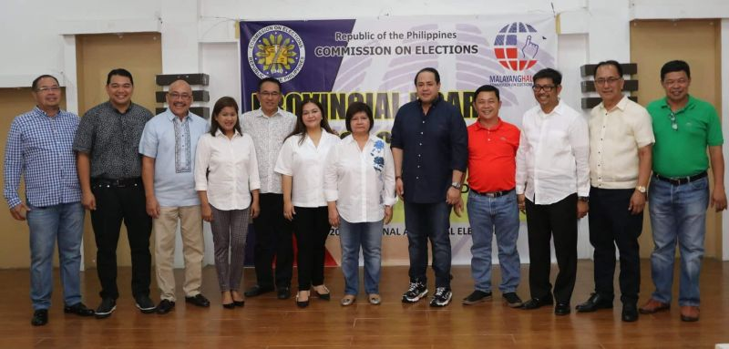 "PAMPANGA. Governor-Elect Dennis ""Delta"" Pineda and Vice Governor-Elect Lilia ""Nanay"" Pineda join (L to R) re-elected Board Members Ferdinand Labung (3rd Dist.); Anthony Torres (2nd Dist.); Nelson Calara (4th Dist.); Cherry Manalo (1st Dist.); Rosve Henson (3rd Dist.); BM-Elect Mylyn Pineda-Cayabyab ( 2nd Dist.); re- elected BMs Paul Balingit (4th Dist.); Jun Canlas (3rd Dist.); Benny Jocson (1st Dist.) and Liga ng mga Barangay president BM Gabby Mutuc. Not in photo is BM-Elect Fritzie David Dizon (2nd Dist.) (Chris Navarro)"