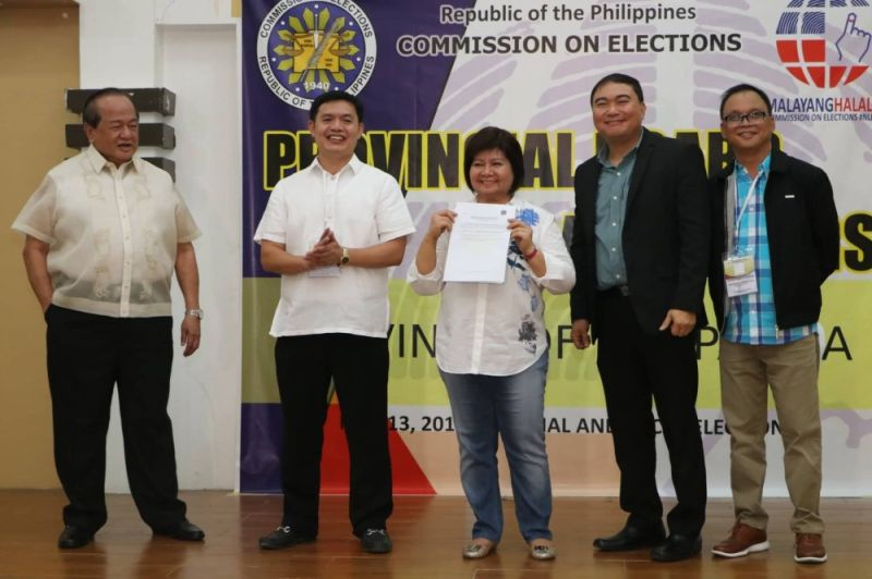 "PAMPANGA. Pampanga Governor-Elect Dennis ""Delta"" Pineda and unopposed Pampanga Vice Governor-Elect and outgoing Gov. Lilia ""Nanay"" Pineda are proclaimed by Provincial Board of Canvassers chairman lawyer Fernando Cot-Om, vice chairman lawyer Lamberto Gonzales Jr. and secretary Leonardo Zapanta as the duly elected governor and vice governor of the province. The younger Pineda got 657,606 votes while Nanay got an overwhelming 809,075 votes during the May 13 elections. Joining the elder Pineda is philanthropist Pampanga First Gentleman Rodolfo ""Bong"" Pineda. (Photo by Chris Navarro)"