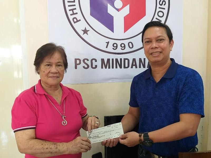 DAVAO. Philippine Sports Commission (PSC) commissioner Charles Raymond Maxey, right, turns over the P300,000 check to National Private Schools Athletic Association (Prisaa) president Ma. Lita Montalban, who is also president of Prisaa 11 and Davao City Prisaa, as assistance to the hosting of the National Prisaa Games 2019 at the PSC Mindanao Office in Matina, Davao City last May 10. (Marianne L. Saberon-Abalayan)