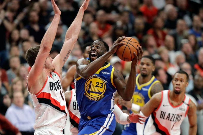 MR. TRIPLE-­DOUBLE: Si Gol­den State Warriors for­ward Draymond Green (23) nga milu­sot atubangan sa depensa ni Portland Trail Blazers forward Meyers Leonard, wala, niining aktoha atol sa Game 3 sa ilang Western Conference finals kagahapon sa NBA. Si Green gihulagway nga maoy nakatapak sa lu­na nga temporar­yong nabiyaan ni Kevin Du­rant kinsa padayon pang nagpaalim sa i­­yang angol sa bagtak. (AP)