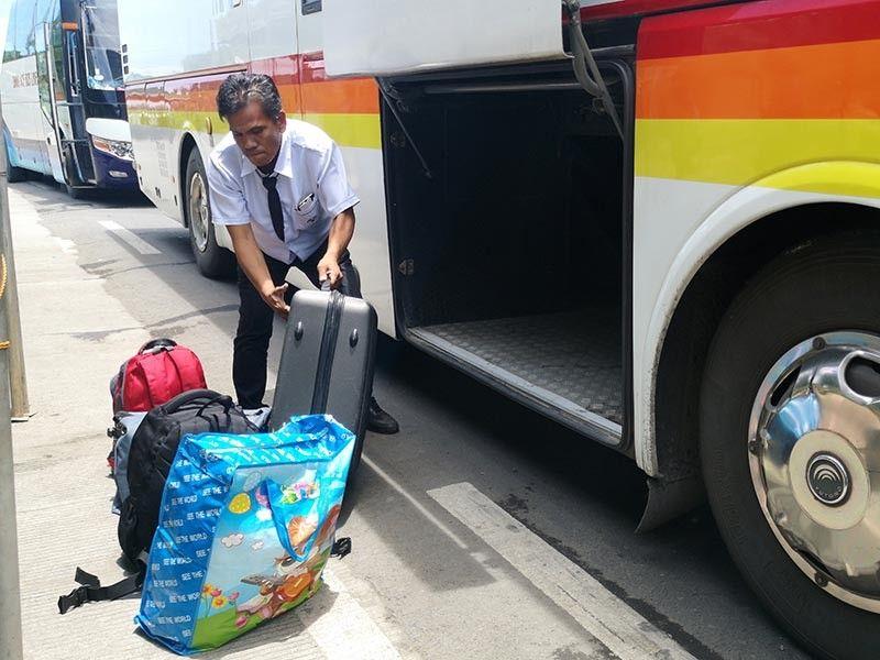 DAVAO. Gikanaog sa konduktor sa bus nga pasulod og Davao City ang mga bagahe sa pasahero aron ipaagi sa x-ray baggage scanner sa checkpoint sa Task Force Davao sa Barangay Sirawan. Duha na ka mga x-ray scanner ang anaa sa mga entry points ning siyudad, ang sa Barangay Lacson sa Calinan nalang ang wala pa. (Macky Lim)