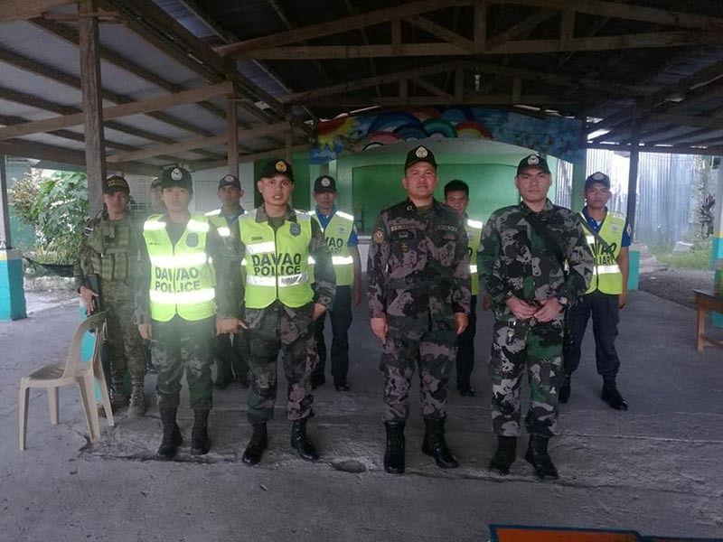 DAVAO. Sila ang pipila sa naglangkob sa mga pulis nga sakop sa Bunawan Police Station ubos sa Davao City Police Office nga nakiglambigit sa malampuson nga 2019 Midterm Elections niadtong Mayo 13. Nagpahulagway sila atol sa ilang pagmuntar og security assistance desk niadtong eleksyon. Uban sa maong hulagway (una sa tuo nga bahin) si Police Major Noel Villahermosa, ang station commander sa Bunawan PNP. (Hulagway gikan sa FB ni Unsung Hero)