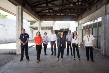 PAMPANGA. The Laus Family at the old Carworld showroom where the late Laus Group of Companies chair and CEO Levy P. Laus started his automotive business. Also in photo are Laus' wife Tess, LGC consultant Frank De Jesus and the couple's children Concon, Diorella, Lisete, Carissa and Levy Adrian Laus. (File photo)
