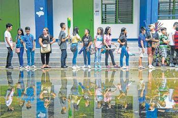 DAVAO. Naglinya kining mga estudyante sa Davao City National High School (DCNHS) aron magpalista sa ilang pagsalmot sa Brigada Eskwela Lunes, Mayo 20, 2019. Ang maong aktibidad molungtad hangtud Mayo 25, 2019. (Hulagway kuha ni Ralph Lawrence G. Llemit)