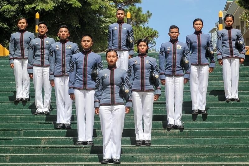 "BAGUIO. The top 10 of the Philippine Military Academy's ""Mabalasik"" (Mandirigma ng Bayan Lakas at Sarili Iaalay para sa Kapayapaan) were presented to the media lead by topnotcher (front row, center) Cadet First Class Dionne Mae Umalla of Alilem Daya, Alilem Ilocos. (Photo by Jean Nicole Cortes)"