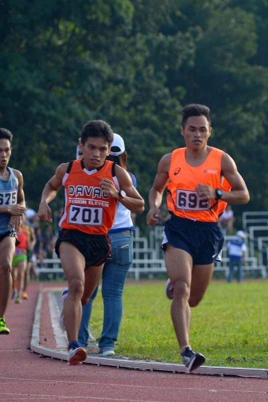 DAVAO. Si Arlan Arbois (692) ug Fritz Clarence Lantaco (701) sa Davao Region midagan alang sa gold ug silver medals, sa gipahigayong National Prisaa Games 2019 college men's 5,000-meter run sa University of Mindanao (UM) track oval sa Matina, Davao City, Martes, Mayo 21, 2019. (Darwin Malmis Ponce/UM)