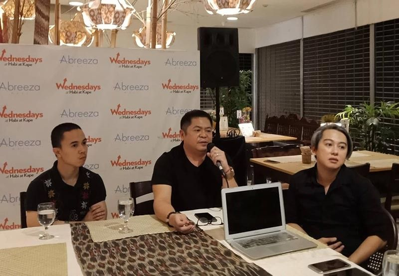 DAVAO. Davao Fashion and Design Council (DFDC) officials Dodjie Batu (tunga) ug Emi Englis (tuo) uban si first Stellar winner Wilson Limon (wala). (Lyka Casamayor)