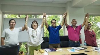 COOPERATIVE LEADERS. The election committee members of Newscoop proclaim lawyer Elias Espinoza (second from right) and Marlinda Angbetic-Tan (second from left) as Newscoop's chairman and vice chairperson respectively after they were voted unanimously by their fellow directors. (Contributed photo)