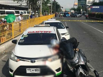 NAHAGBA SA TAXI: Si P/Captain Delfin Bontuyan, kanhi sakop sa Criminal Investigation and Detection Group (CIDG) 7, nagsakay sa iyang motorsiklo nahagba sa kilid sa taxi dihang gipusil-patay sa mamumuno nga nagsakay usab og motorsiklo sa St. Pope John Paul II Ave., Barangay Mabolo, dakbayan sa Sugbo kagahapon sa hapon, Mayo 21. (Nicko Tubo)
