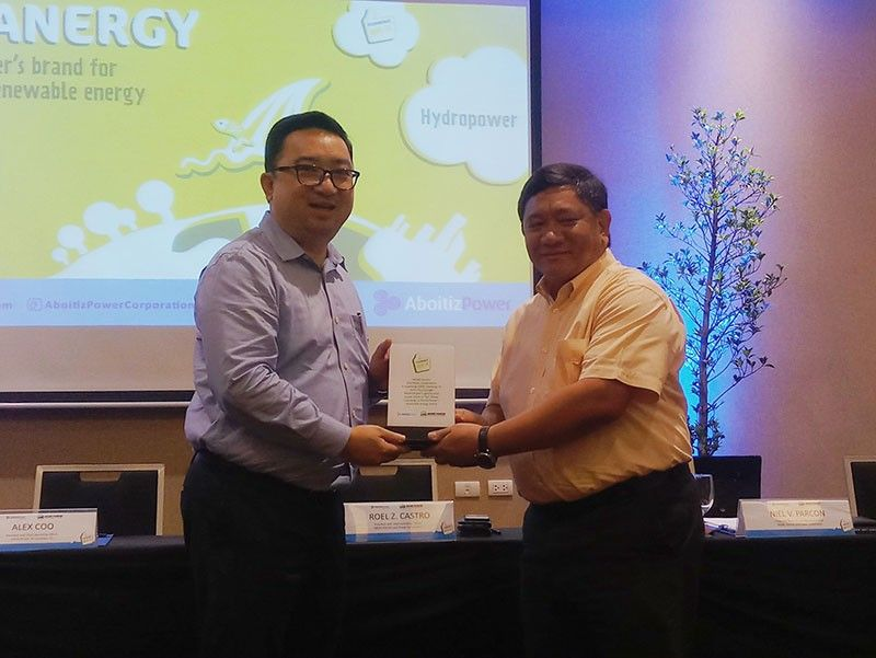 ILOILO. AP Renewables, Inc. (APRI) president and chief operating officer Alex B. Coo (left) awards the Cleanergy Plaque to MORE Electric and Power Corp. (MORE Power) president and chief operating officer Roel Z. Castro during the signing of a power supply agreement to power Iloilo City with clean and renewable energy at Seda Atria Hotel Iloilo on May 22, 2019. (Contributed Photo)