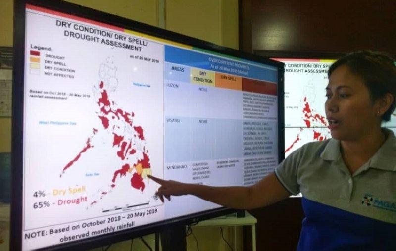 CEBU. Netherlen Saletrero ang weather Specialist sa Pagasa Mactan ang nipakita sa drought assessment sa nasud  nga dala sa weak El Niño. (Hulagway gikan ni Fe Marie Dumaboc)