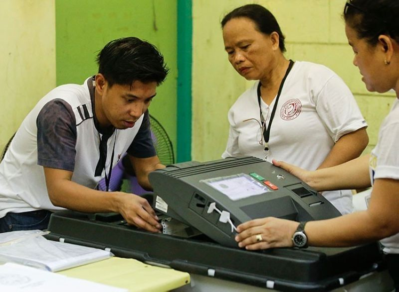 MANILA. Election workers try to fix a jammed ballot inside a counting machine at a polling center in the Manuel L. Quezon elementary school in Manila, Monday, May 13, 2019. (AP)