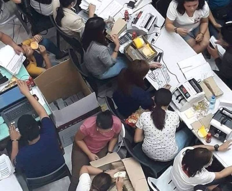 DAVAO. Kini ang eksena diin makita ang kinarton na kwarta sa giingong pay-out sa Rigen Marketing sa Tagum City sa nakalabay nga semana. (Gipaambit nga hulagway)