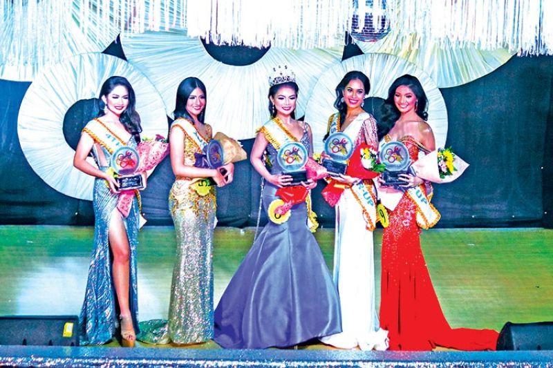 DAVAO. Sila ang mga gikoronahan nga Mutya Ng Prisaa 2019 diin makita sila Rhianne Macy Zapata gikan sa Region 5 nga gikoronahan isip Mutya Ng Prisaa 2019 (tunga) nga gipahigayon sa University of Mindanao Auditorium niadtong Huwebes. Uban sa hulagway sila 1st runner-up Christine Nicole Silvernale gikan sa Region 3; 2nd runner-up si Angela Mae Castriciones gikan sa Region 7; 3rd runner-up si Brigitte Flor Mercene gikan sa Region 11 ug nahimong 4th runner-up mao si Nadryll Barbaton gikan sa Region 6. (Ace Perez)