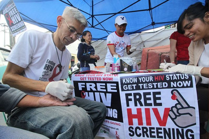 BAGUIO. Health advocates in the Summer Capital set up a testing area at the People's Park for sexually transmitted disease during the candle lighting memorial on Aids awareness in Baguio City. (Jean Nicole Cortes)
