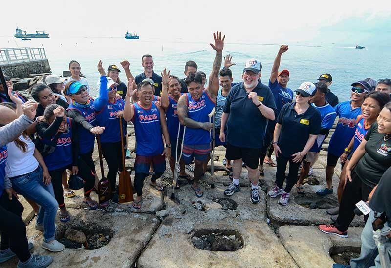 PADDLERS' MATE. As part of the Philippine-Australian Friendship Day celebration, Australian Ambassador Steven Robinson joins the Philippine Accessible Disability Services' (PADS) adaptive dragon boat racing team at the SRP in Cebu City. (SunStar Photo/Arni Aclao)