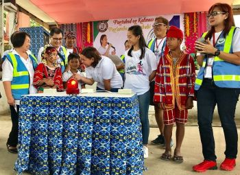DAVAO. Davao City Mayor Sara Z. Duterte-Carpio talk with Ata-Manobo children who assisted her in ringing the siren to mark the start of Peace 911 , a new level of the local peace initiatives that will now include sustainable economic programs for 32 barangays in Paquibato, Calinan, and Toril Districts from the original 14 in Paquibato and Calinan. (Stella A. Estremera)