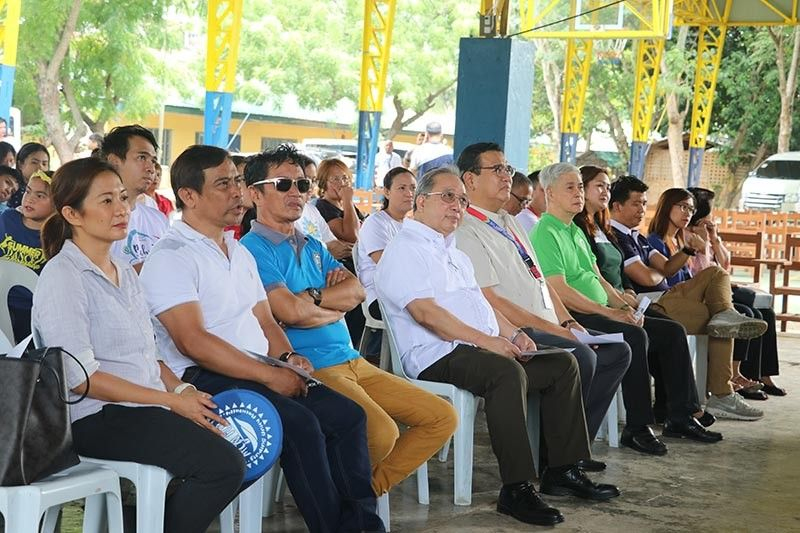 From left, Representatives from Winder Recycling Corp., MCM, PetroEnergy Resources, Mapua University, Matina Aplaya Elementary School, and Davao City Government. (Photo courtesy of Malayan Colleges Mindanao, A Mapua School)