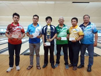 WINNNER. John Galindo receives his trophy after winning the monthly tournament of Cetba at SM City. (Contributed foto)