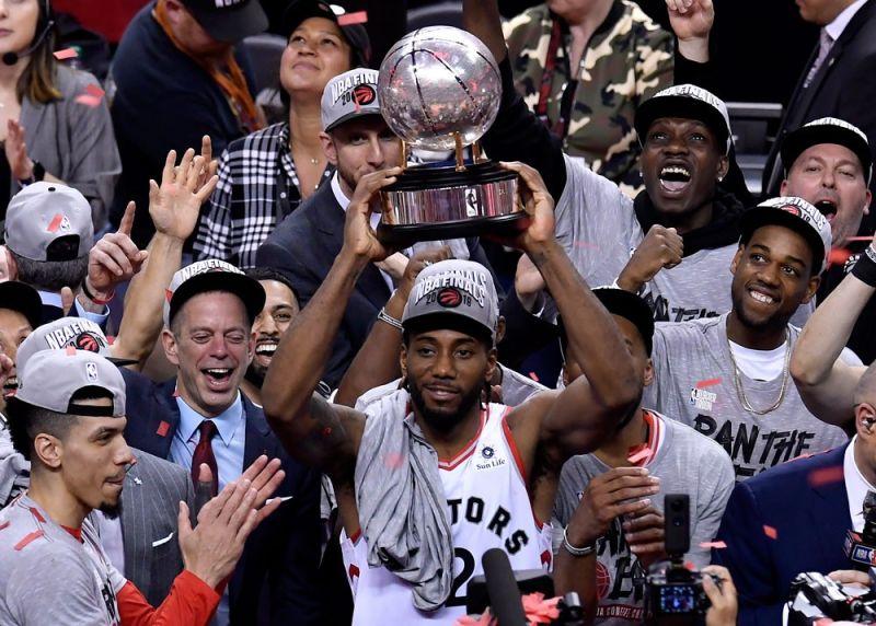 EAST CHAMPIONS: Malipayong giisa ni Toronto Raptors ang Eastern Conference champion trophy nga ilang nalangkat pinaagi sa pagbuntog sa Milwaukee Bucks kagahapon sa Game 6 aron humanon ang best-of-seven series. (ESL)