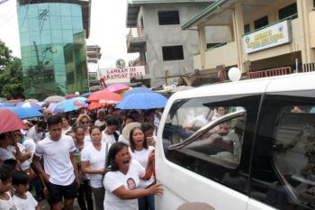 BURIAL ROUTE. More than 1,000 people joined the funeral march of the late Lawaan 3 Barangay Captain Jimmy Bartilic last Sunday, May 26, 2019. They first passed by the barangay hall before proceeding to the place where he was killed. His coffin was later brought to the St. Joseph the Worker Parish in Barangay Tabunok, Talisay City for the requiem mass. Bartilic was finally laid to rest at the Talisay City Public Cemetery in Poblacion. (SUNSTAR FOTO/AMPER CAMPAÑA)
