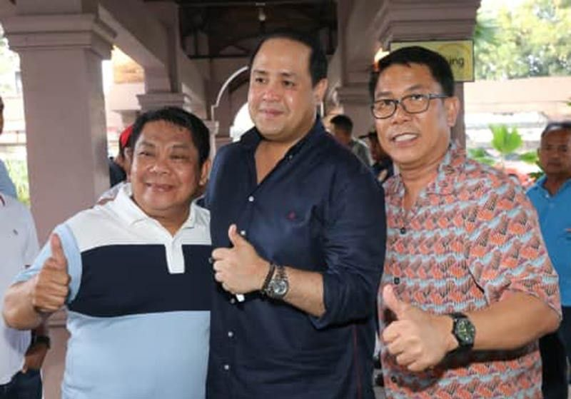 "PAMPANGA. Bacolor Mayor-elect Diman Datu (L) flashes the thumbs up sign with Governor-elect Dennis ""Delta"" Pineda and former Bacolor Mayor Buddy Dungca (R) during a recent meeting at Max's Restaurant, GSO road, CSFP. (Chris Navarro)"