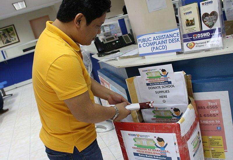 NANGANDAM: Usa ka DSWD-7 staff nag-andam sa mga lapis sa donation box alang sa school supplies nga ipang-apud-apod sa pagbalik sa eskwela sa 4Ps nga mga tinun-an sa pag-abli sa school year 2019-2020. (Tampo)