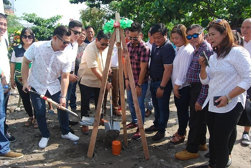 PAMPANGA. Angeles City Mayor Edgardo Pamintuan and the Department of Public Works and Highways represented by District Engineer Celestino Polintan led the time capsule-laying for the construction of the first phase of the Abacan Highway (NLEX-SCTEX Connecting Road) that will link Barangays Pulung Maragul and Pandan to Balibago and Ninoy Aquino. Joining them during Wednesday's (May 29) ceremony are the incumbent city councilors, local government and barangay officials, and representatives from the RII Builders Incorporated. (Angeles City CIO photo)