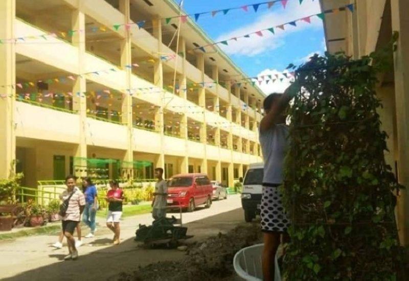 CEBU. Ang mga tinun-an sa Comprehensive National High school sa Dakbayan sa Mandaue ang nangunay og susi sa kaluwas sa ilahang school building. (Fe Marie Dumaboc)