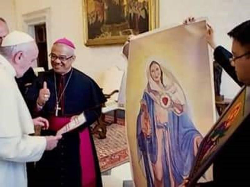 "San Carlos Bishop Gerardo Alminaza turns over the portrait of the Our Lady of End Times (The Blessed Mother) to the Holy Father Pope Francis in Vatican on May 27, 2019. This portrait was painted by artist Niño Emmanuel ""Edsol"" Tapuela of Bacolod City. (Photo by painter/artist Niño Emmanuel Tapuela)"