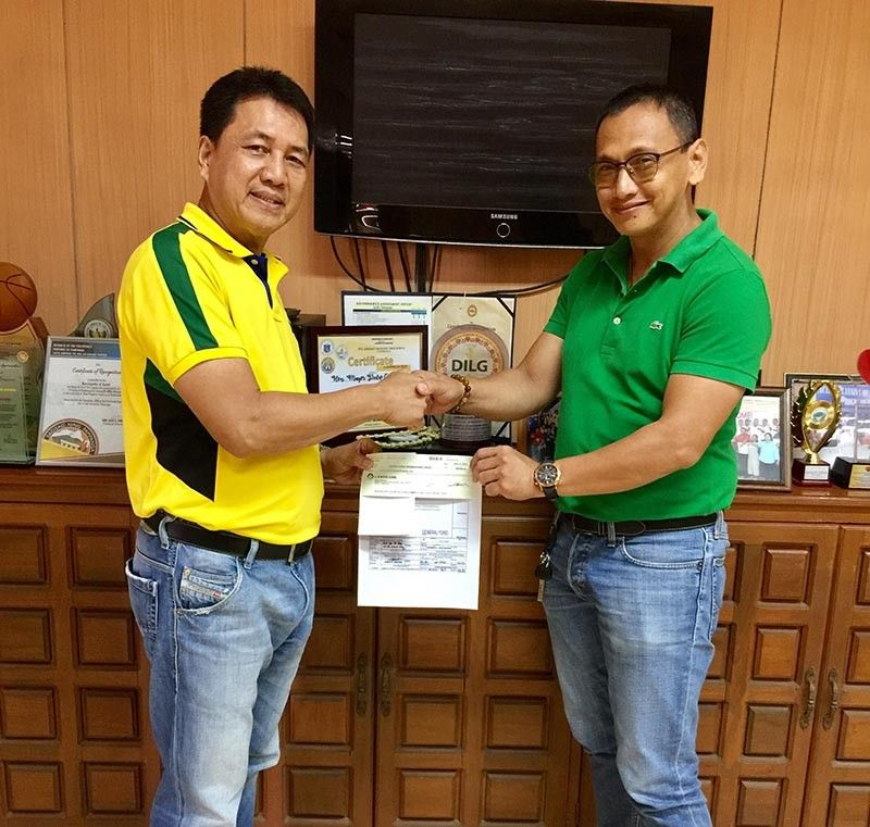 PAMPANGA. Apalit Mayor and Vice Mayor-Elect Peter Nucom (left) turns over to Councilor Tuks Simon, SB chairman on peace and order and anti-drug abuse, a P100,000 check for the Central Luzon Rehabilitation Center in Magalang. The Apalit LGU has been donating the said amount for the past three years as aid to their constituents who are undergoing rehabilitation at CLRC. (Chris Navarro)