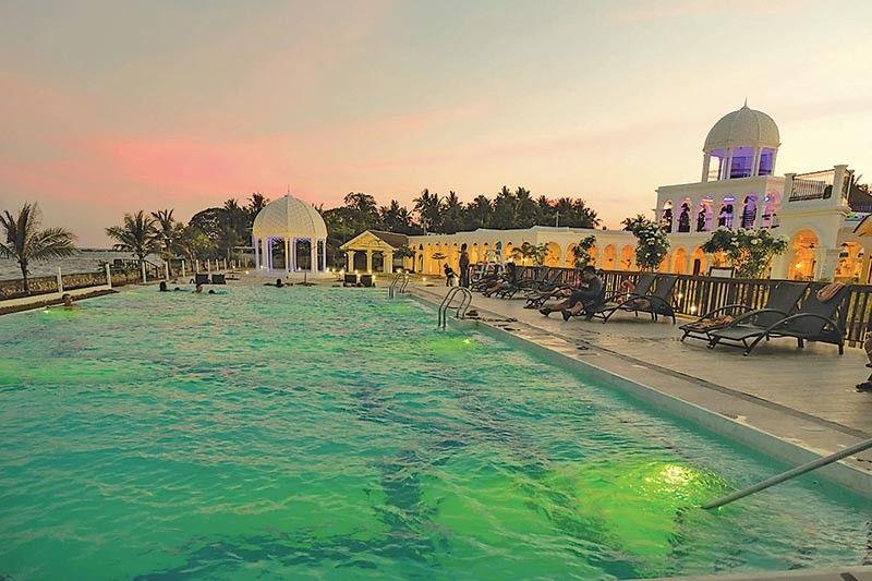 INFINITY POOL: Ang maong resort adunay lapad nga infinity pool nga moabot sa 200 metro kuwadrado. (Hulagway kuha ni Johanna Marie O. Bajenting)