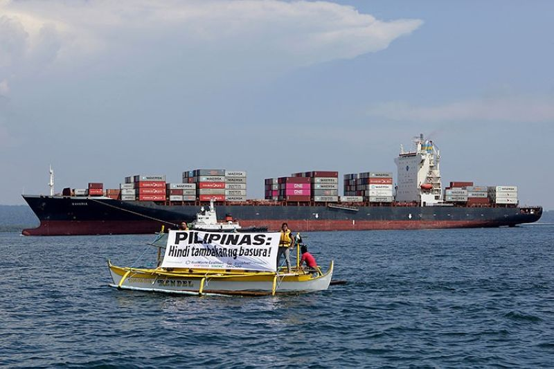 MANILA. In this image released by Greenpeace, Greenpeace activists and other environmental organizations display a banner as the cargo ship M/V Bavaria, the container vessel allegedly hired to ship back the 69 containers loaded with garbage from Canada, slowly enters the mouth of Subic Bay, Thursday, May 30, 2019 in Subic, Zambales. (AP)