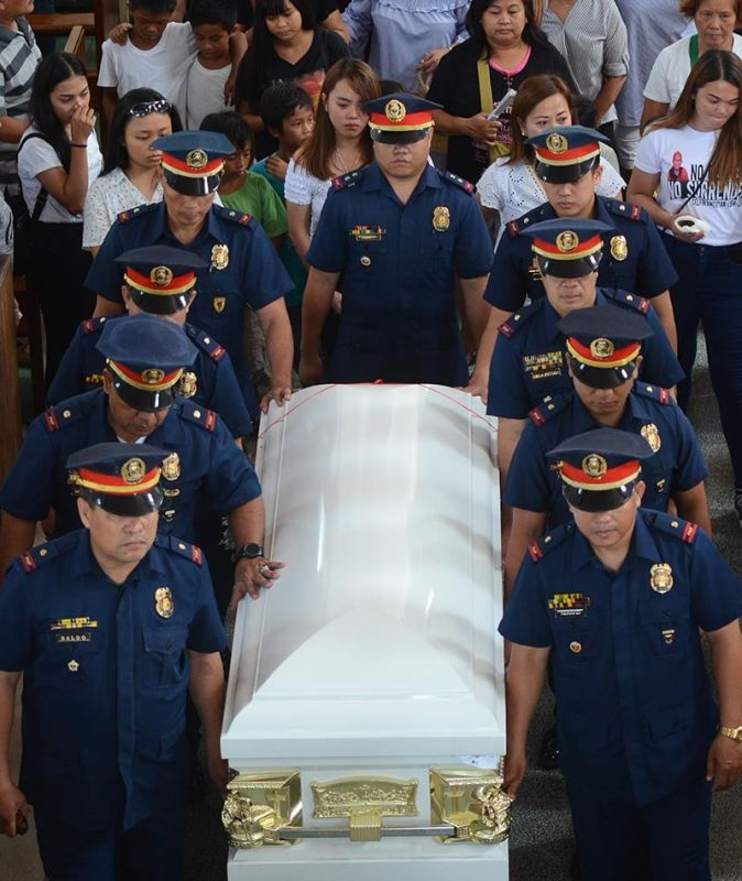 ADIEU. Police station chiefs in Cebu City act as pallbearers as former Criminal Investigation and Detection Group operations chief Delfin Bontuyan was laid to rest on Thursday, May 30, 2019. (SunStar photo / Alan Tangcawan)