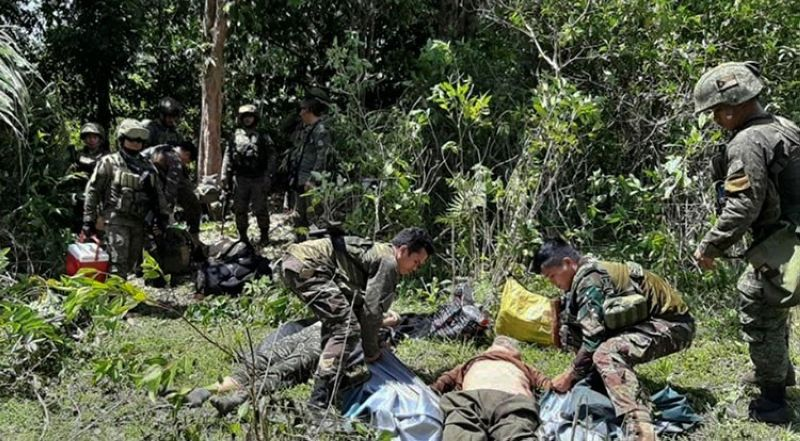 SULU. In this photo released by the Joint Task Force Sulu, soldiers prepare to evacuate wounded and dead bodies as pursuit operations continue in Patikul, Sulu, Friday, May 31, 2019. (AP)