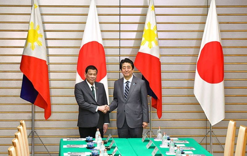 JAPAN. Philippine President Rodrigo Duterte (left) poses with Japanese Prime Minister Shinzo Abe for a photo prior to their meeting at Abe's official residence in Tokyo Friday, May 31, 2019. (AP)