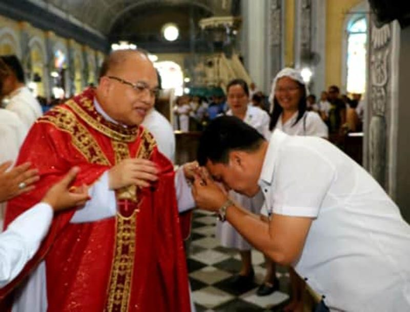 PAMPANGA. Apalit Mayor and vice mayor-Elect Peter Nucom kisses the hand of Rev. Msgr. Antonio Bustos, the new parish priest of St. Peter Church in Apalit, during a recent co-celebrated Mass. (Chris Navarro)