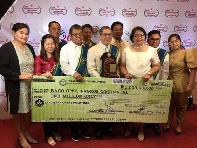 NEGROS. Bago City Mayor Nicholas Yulo (center) with DA-Western Visayas Regional Director Remelyn Recoter (third from right) and City Agriculture Office team headed by City Agriculturist Carlito Indencia (third from left) receive the award during the 2018 Rice Achievers Awards held at the Philippine International Convention Center in Pasay City on Thursday, May 30, 2019. (Contributed Photo)