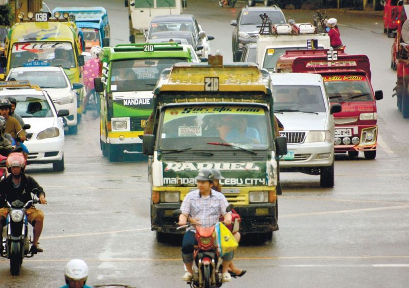 WEIGHING THE COST. Jeepney operators not only risk losing their franchises, but their drivers also won't be able to charge the new rate if they don't collect their Pantawid Pasada Program cards. (SUNSTAR FILE FOTO)