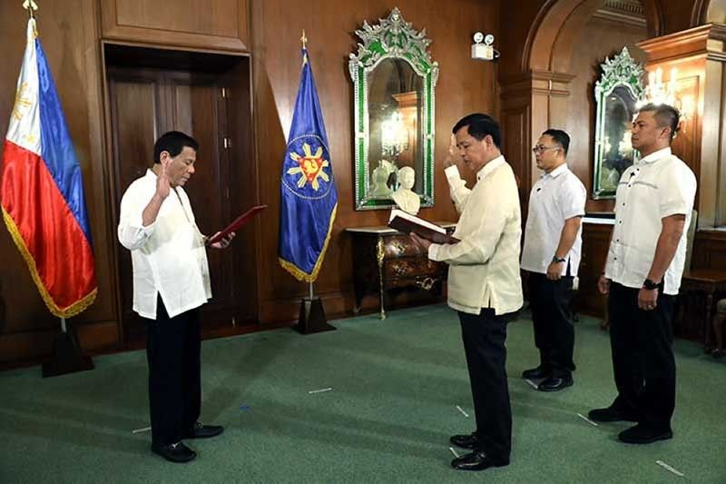 MANILA, In this file photo, retired Army commanding general Rolando Bautista takes his oath as Department of Social Welfare and Development (DSWD) secretary before President Rodrigo Duterte. (File Photo)