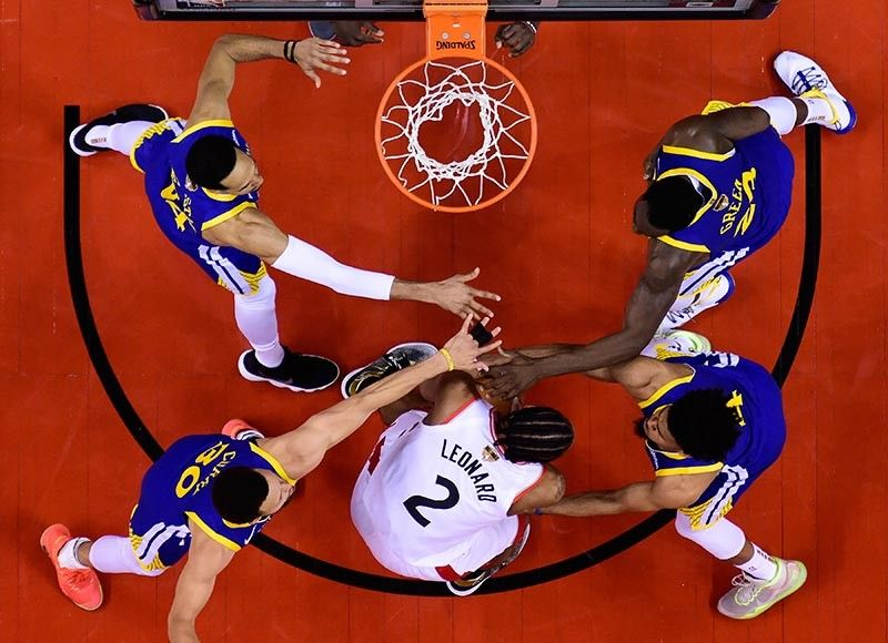 WELL-GUARDED. Toronto Raptors' Kawhi Leonard (2)finds himself surrounded by four defenders as he goes to the basket. (AP photo)