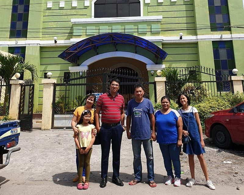 BACOLOD. Omar Paciente (center) with Kagawad Gerlie Leonillo of Brgy. 31 (5th from left) and Kagawad Jai Jereza (4th) and family of Brgy. 33 in front of the Bakr Al Siddiq mosque. (Contributed photo)