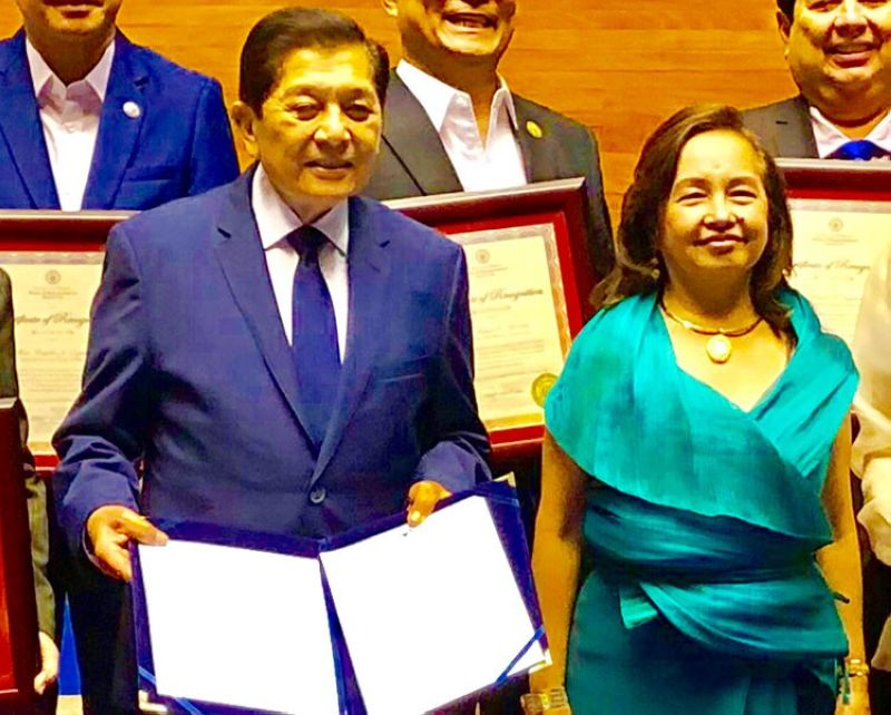 "MANILA. House Speaker Gloria Macapagal-Arroyo (right) presents Resolution 197 to Cebu City Representative Raul V. Del Mar commending him for his ""outstanding performance,"" 100 percent attendance for 26  years in eight Congress terms. (Contributed photo)"