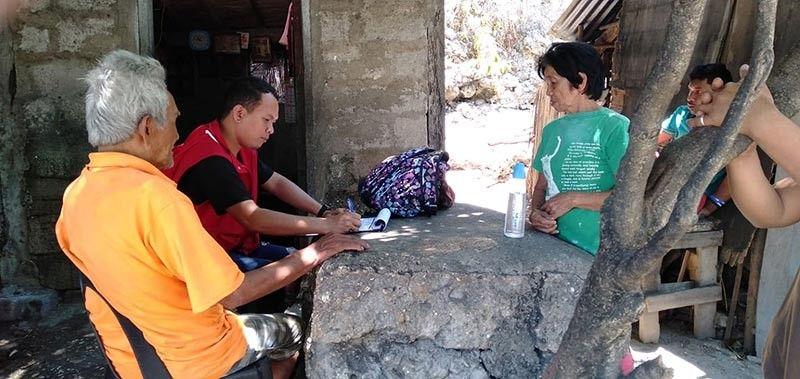 GIBISITA: Si Ramel Taoy (ikaduha gikan sa wala), Pantawid Pamilya Municipal Link sa Cordova, Cebu nibisita sa senior citizens sa lungsod sa Boljoon, Cebu aron pag-update sa Social Pension Program for Indigent Senior Citizens. (Tampo)