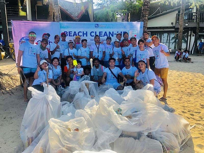 BASURA: Ang Globe team nakatigom og daghang basura gikan sa mga beach resort sa Boracay. (Tampo)