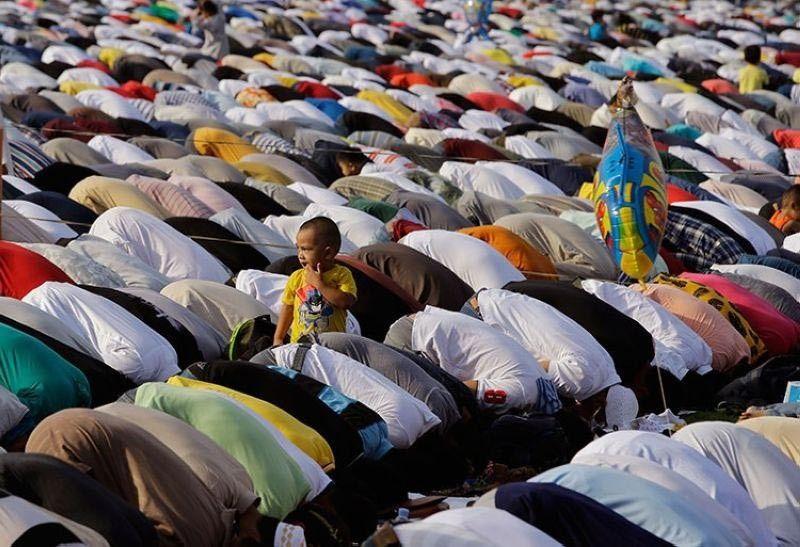 SAULOG: Usa ka Filipino Muslim nga batang lalake nagbarog atol sa Eid al-Fitr prayers aron pagtapos sa  holy fasting month sa Ramadan sa Manila. (AP)